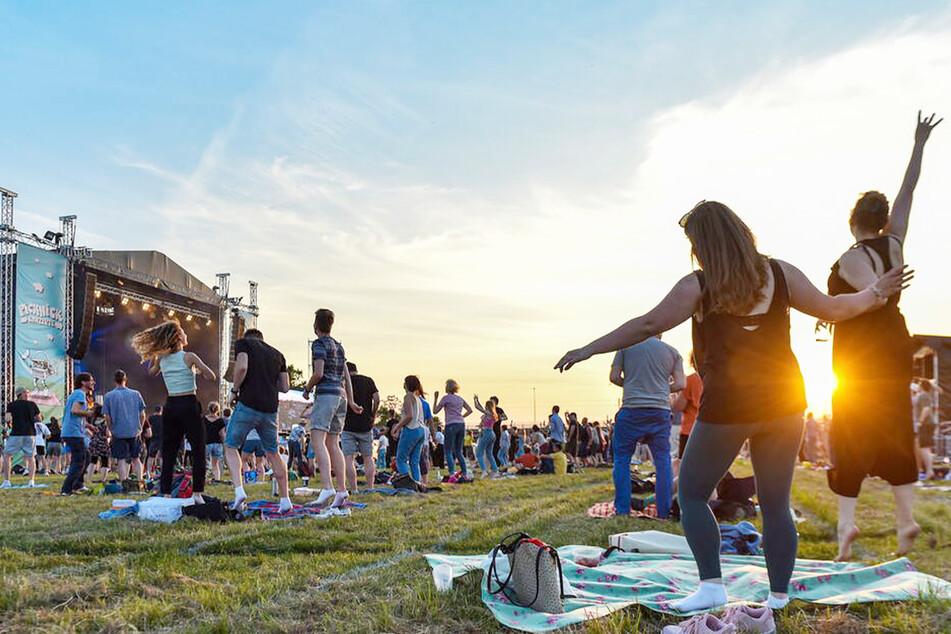 """Bei einem ersten Konzert am Freitagabend feierten rund 1000 Dresdner ein Picknick-Konzert der Band """"Meute"""" in der Rinne."""