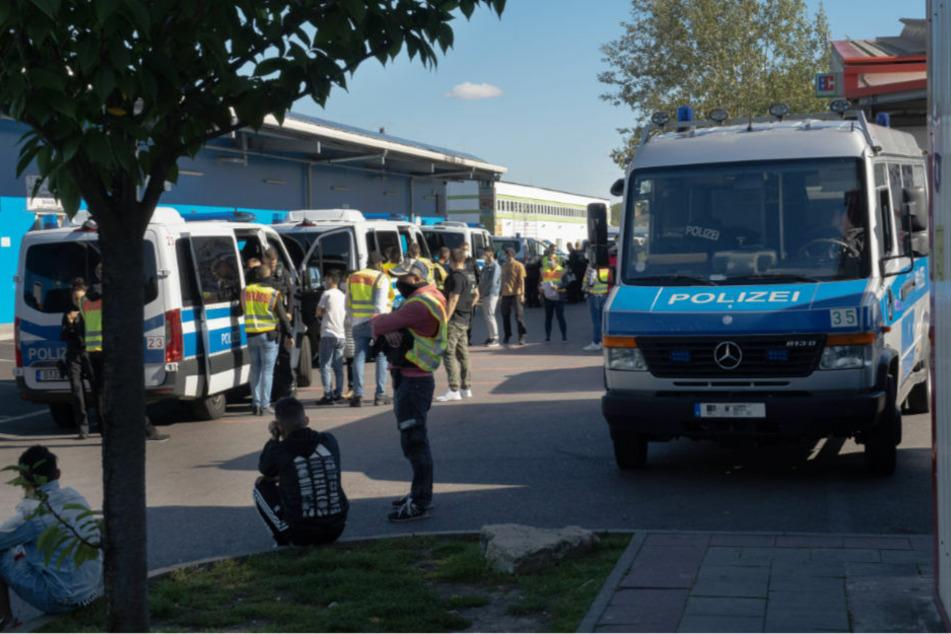 Am 28. September 2020 führte die Polizei wegen Verstößen gegen die Corona-Bestimmungen eine großangelegte Razzia im Dong Xuan Center in Berlin-Lichtenberg durch. Deutschlands größter Asiamarkt spielt auch eine Rolle im Schleusergeschäft.