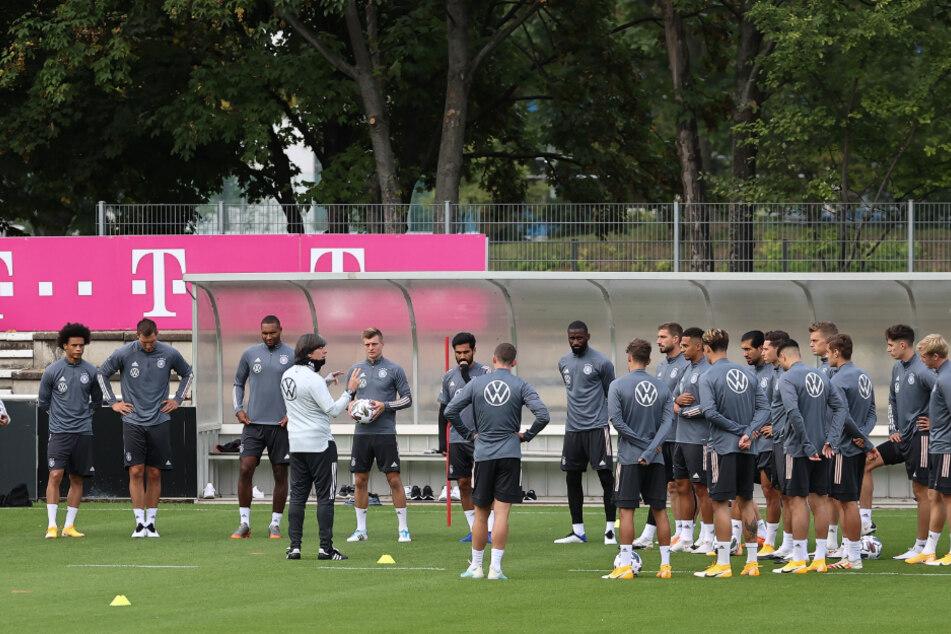 Fußball: Nationalmannschaft, Deutschland, Training im Robert-Schlienz-Stadion. Bundestrainer Joachim Löw (M) spricht mit seiner Mannschaft.