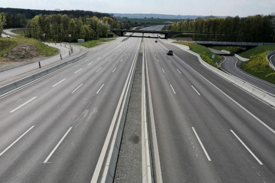 Eine fast leere Autobahn während des Lockdowns in Deutschland. Im Zusammenhang mit dem Verkehr zeigten sich größten Effekte auf die CO2-Emissionen. (Symbolfoto)