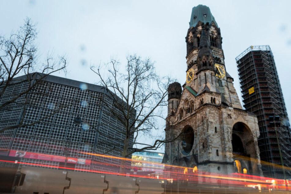 """Die Kaiser-Wilhelm-Gedächtniskirche in Berlin mit """"Puderdose"""" links vom Hauptturm und """"Lippenstift"""" rechts davon. Der """"Hohle Zahn"""" feiert am Dienstag sein 125-jähriges Bestehen."""