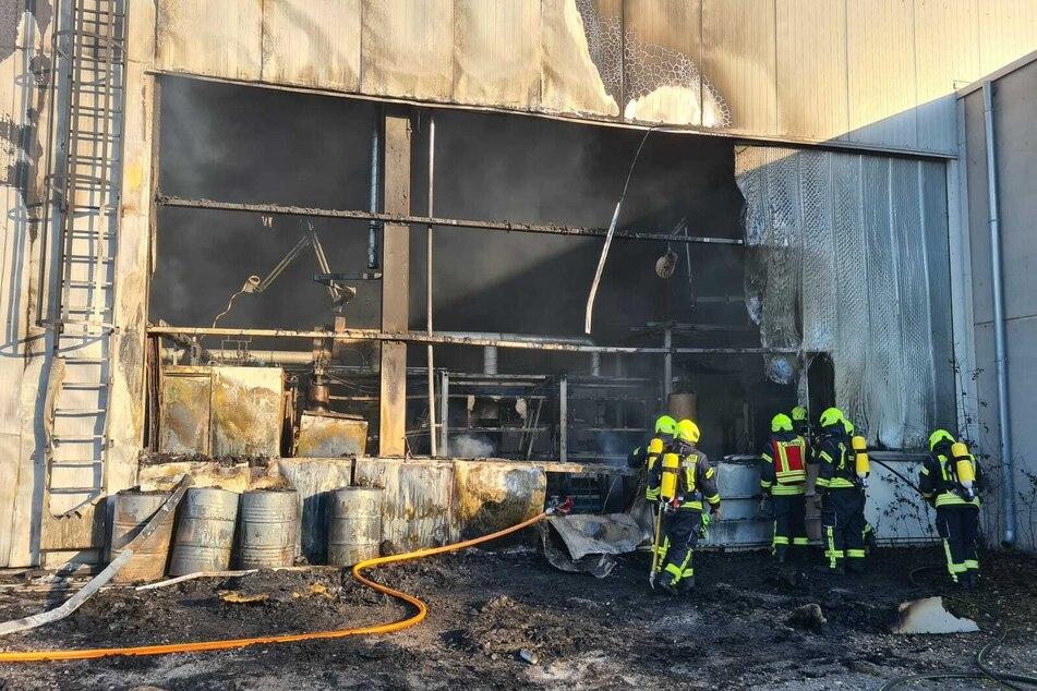Feuer in Lagerhalle mit Chemikalien: Großeinsatz der Feuerwehr