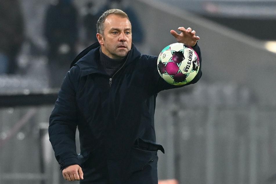 Bayern-Trainer Hansi Flick versucht den Ball unter Kontrolle zu bekommen.