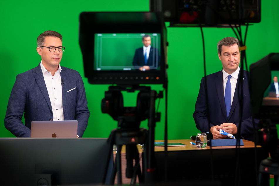 Markus Söder (54, r, CSU), Parteivorsitzender und Ministerpräsident von Bayern, und Markus Blume (45), CSU-Generalsekretär, stehen beim virtuellen Parteitag in der CSU-Landesleitung in einem TV-Studio.