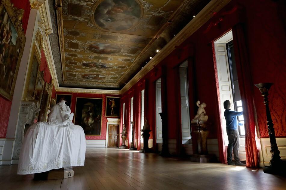 Ein Konservator der historischen Königlichen Paläste öffnet die Jalousien in der Gallerie der Könige im Kensington-Palast.