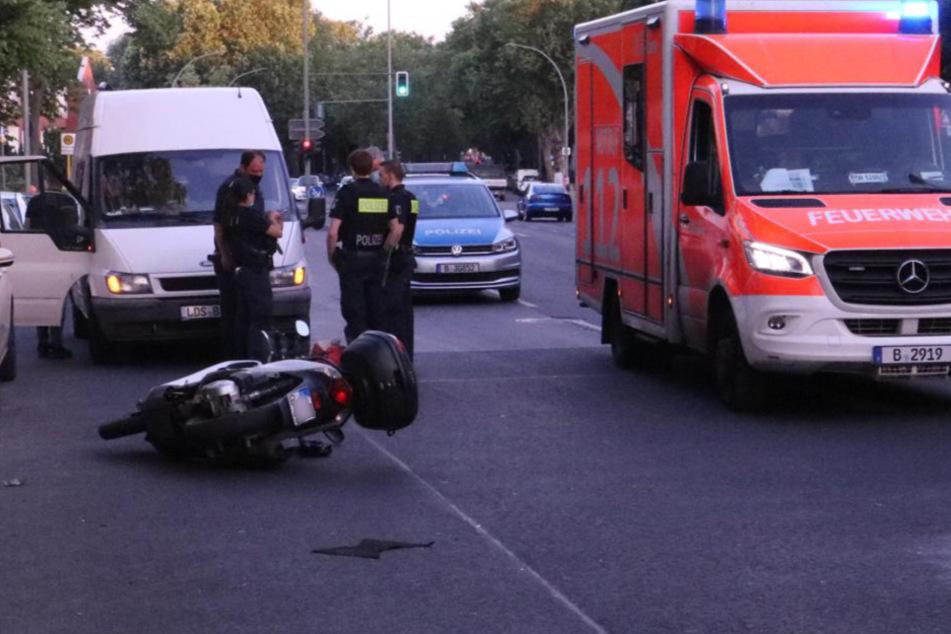 Ein Rollerfahrer wurde in Berlin-Britz von einem Auto erfasst.