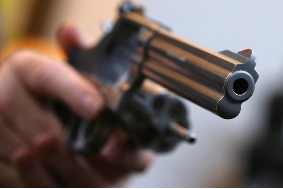 Im Kinderzimmer fanden die Beamten einen geladenen Revolver. (Symbolbild)
