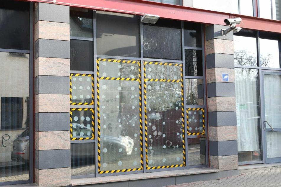 Spuren vergangener Angriffe: Keine Ruhe für die Polizeiaußenstelle in der Wiedebach-Passage.