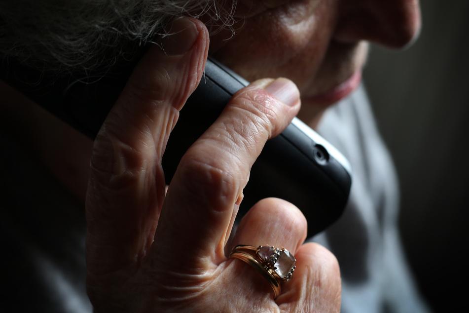 Immer häufiger werden Senioren von vermeintlichen Enkelkindern am Telefon um ihre Ersparnisse gebracht. (Symbolbild)