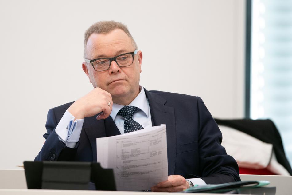Brandenburgs Innenminister Michael Stübgen (CDU) hält im Einzelhandel Lockerungen der strengen Corona-Regeln für denkbar.