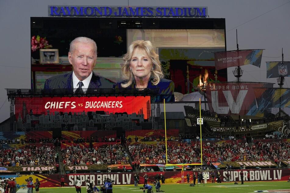 Joe Biden (78), Präsident der USA, und First Lady Jill Biden (69) sind auf der Anzeigetafel zu sehen und halten eine Rede vor dem Spiel.