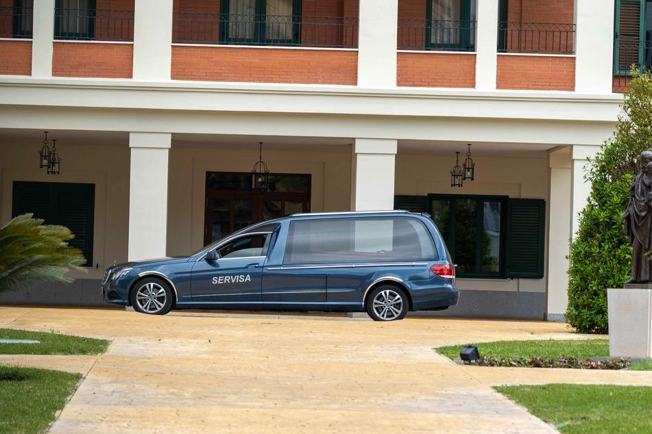 Ein Leichenwagen steht vor einem Pflegeheim. Nun wurden erstmals in Spanien an einem Tag keine neuen Todesfälle gemeldet.