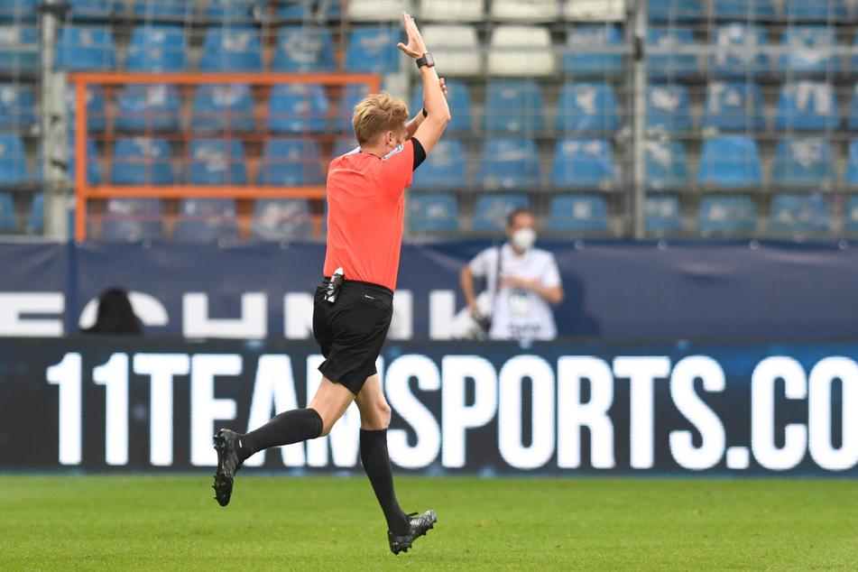 Referee Christian Dingert nimmt nach einem Handspiel das Tor von Konstantinos Mavropanos zurück.
