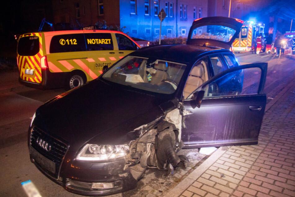 Der Audi wurde bei dem Unfall stark beschädigt.