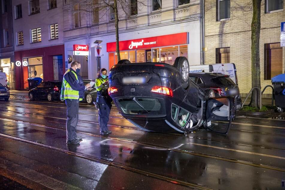 Die Polizei ermittelt nach der genauen Unfallursache und sucht Zeugen.