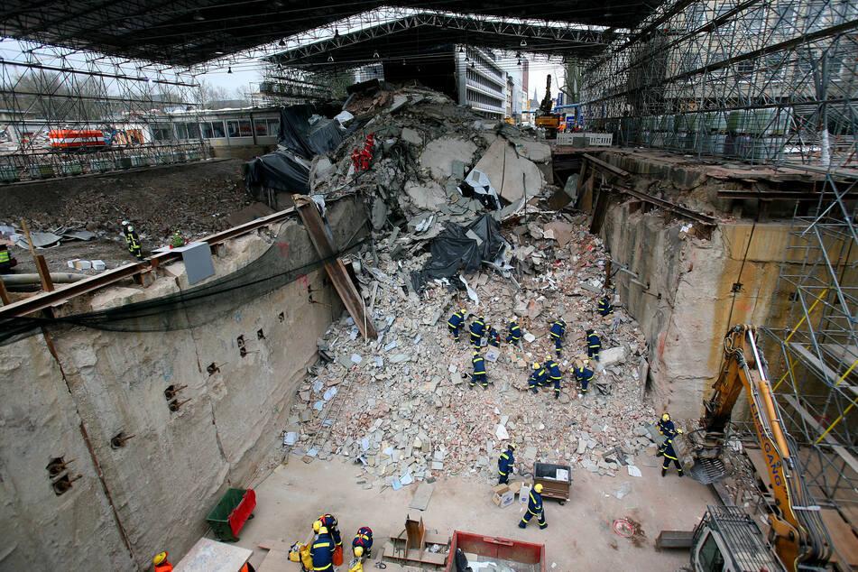 Feuerwehrleute und THW-Helfer suchten nach dem Einsturz des Historischen Stadtarchivs noch in den Trümmern nach Archivgütern. (Archivfoto)
