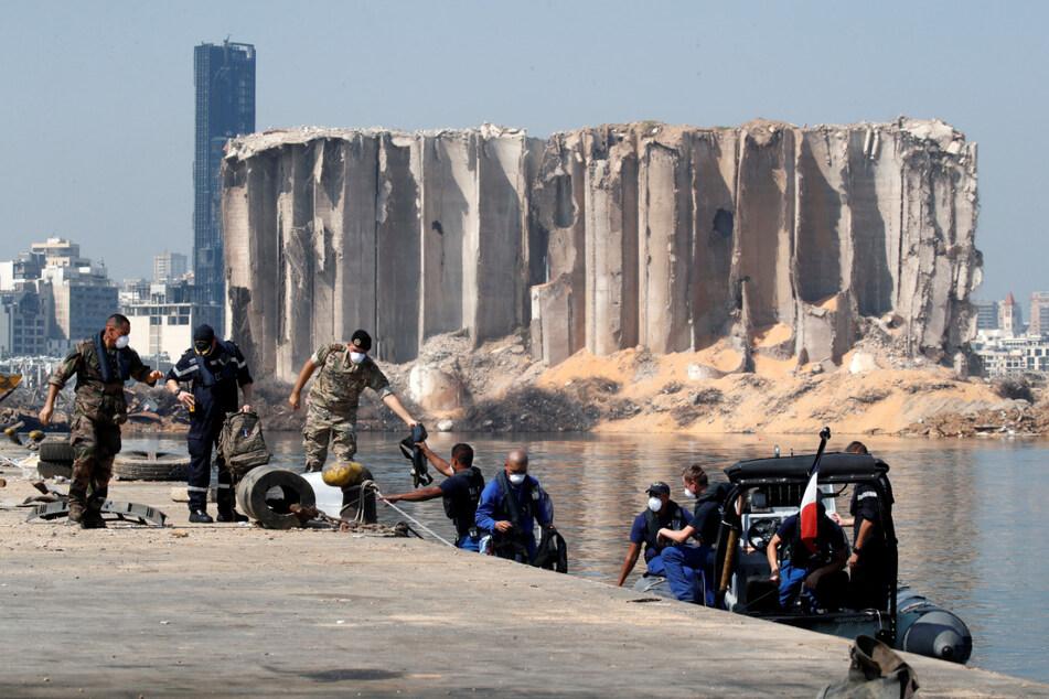 Libanesische und französische Soldaten am Hafen von Beirut, der im Zuge der verheerenden Explosion am 4. August schwer beschädigt wurde.