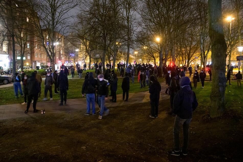 Demonstranten stehen während der Kundgebung im Arrivati-Park. Trotz eines Verbotes zogen sie mit Transparenten durch Hamburg.