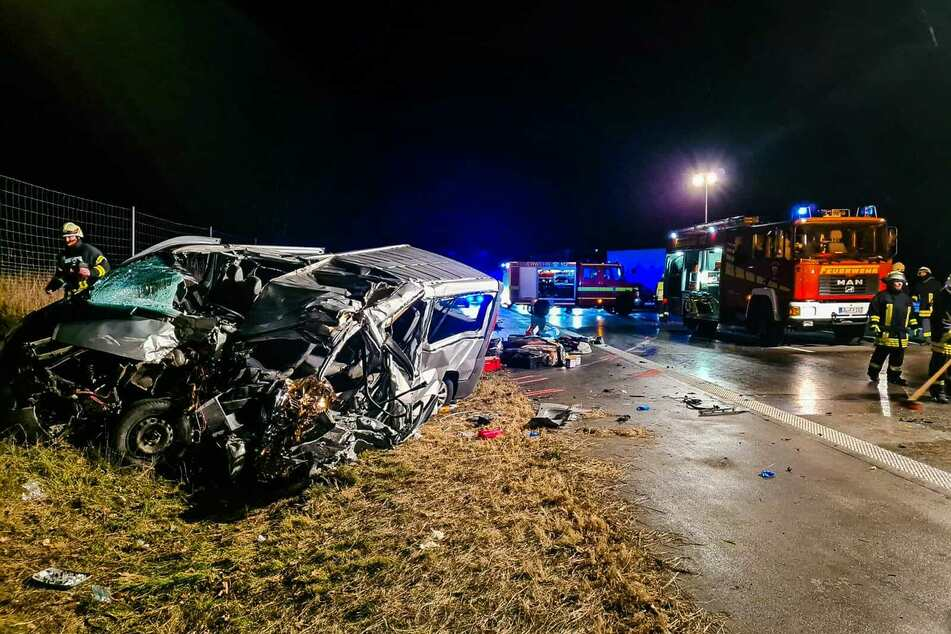 Die Feuerwehr musste den Kleinbus-Fahrer aus dem Wrack bergen. Wenig später verstarb der schwer verletzte Mann.