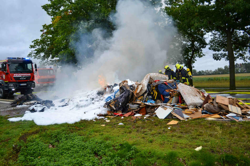 Den Haufen kippte der Fahrer des Müllwagen seitlich auf eine angrenzende Wiese und verhinderte somit Schlimmeres.