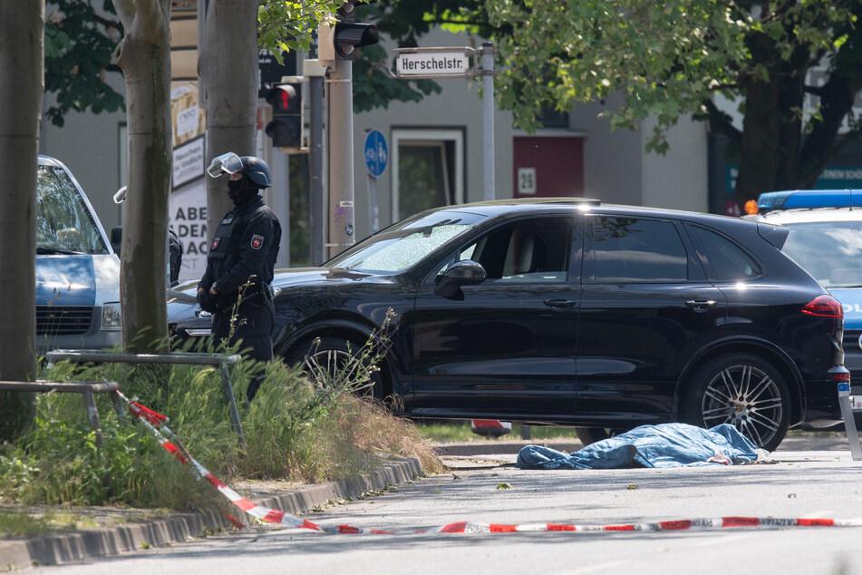 Der Tatort um Juni: Polizisten sichern die Herschelstraße in Hannover, wo der Erschossene (†30) neben seinem Auto liegt.