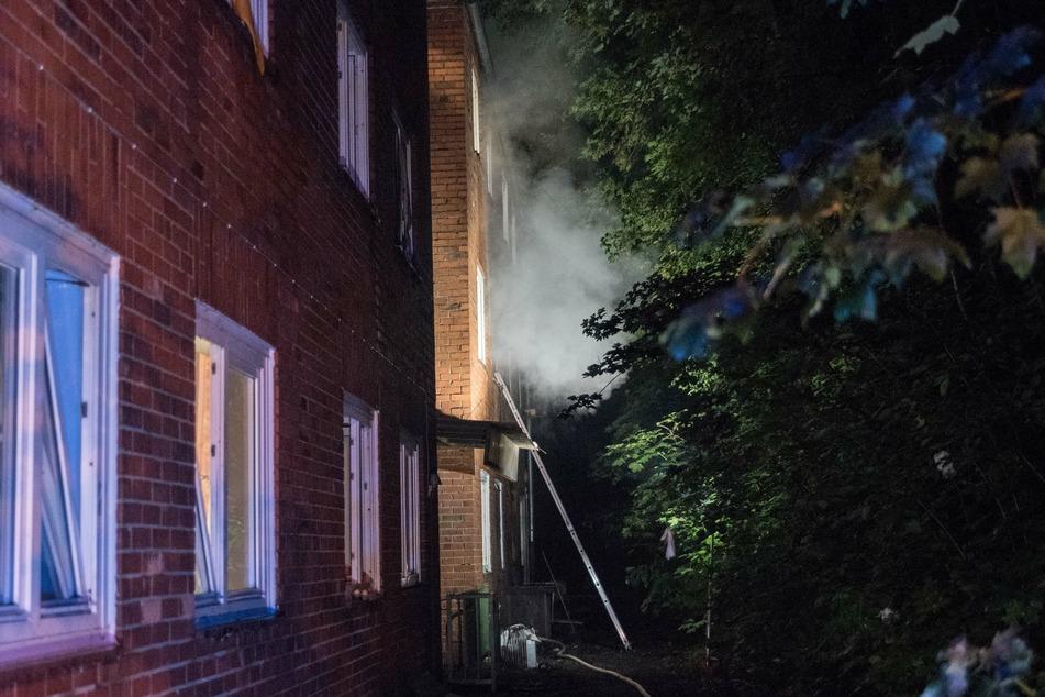 Im ersten Stock des Gebäudes kam es in einem der Zimmer zu einem Brand.