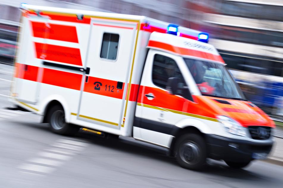 Autofahrerin macht Fehler: Audi kollidiert mit Tram, zwei Frauen verletzt