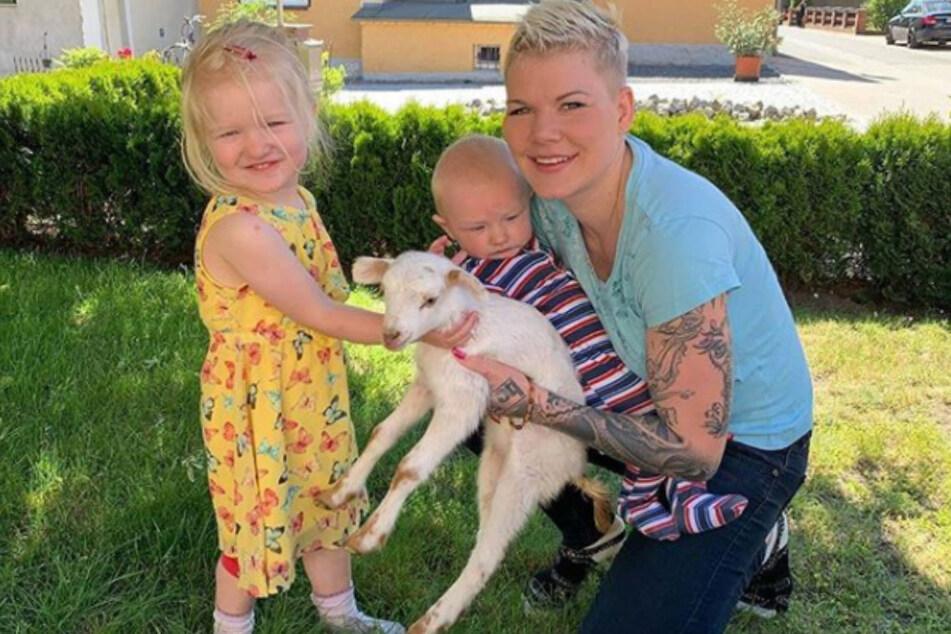 Melanie Müller (31) mit ihren Kindern und dem neuen Lamm.