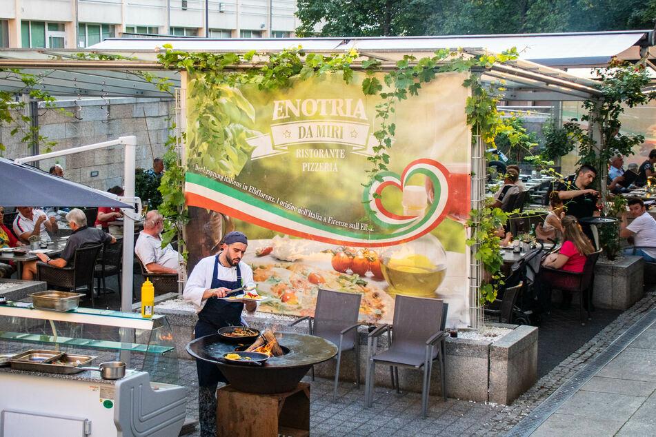 Mit dem Live-Cooking Event erhalten die Gäste italienische Speisen frisch vom Grill.