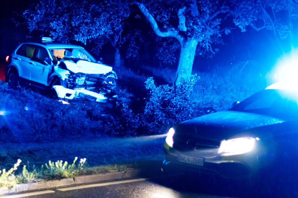 Ein Fahrschulauto krachte frontal in einen Baum.