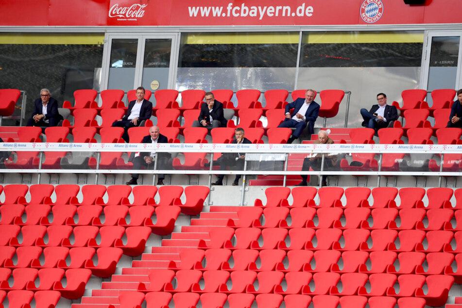 Die Offiziellen des FC Bayern München sitzen mit Abstand auf der Tribüne. Auch Fans sollen in Zukunft nur unter Auflagen in die Allianz Arena zurückkehren.