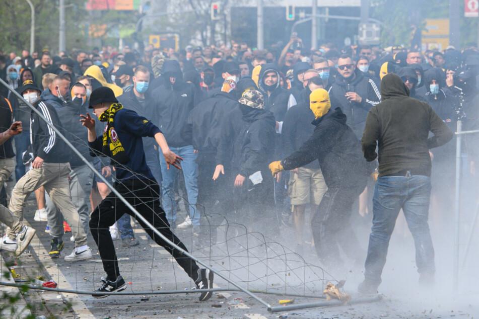 Vor dem Stadion in Dresden kam es am 16. Mai zu Krawallen. Die Polizei wurde mit Gegenständen beworfen. Barrikaden wurden auf der Lennéstraße gebaut.