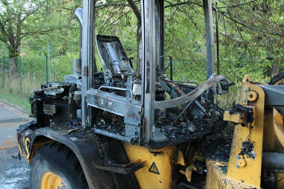 Feuerwehreinsatz auf Baustelle: Radlader brennt vollständig aus