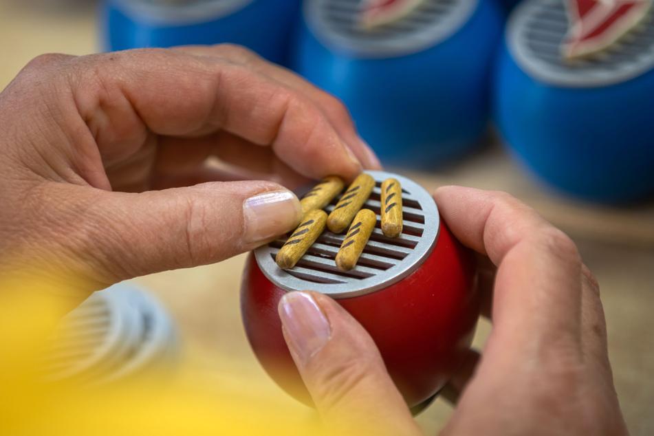 Dieser Mini-Räucher-Grill mit Bratwürsten soll auch zum Schutz vor Mücken dienen.