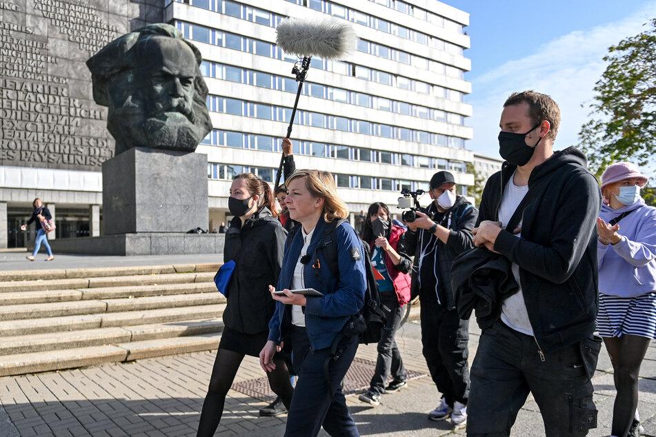 Anja Richter (39, 2.v.l.), Kuratorin des Museums Gunzenhauser, präsentiert der Jury das Chemnitzer Zentrum. Die Titel-Entscheider verfolgten das Geschehen am Bildschirm, eine Kamera filmt alles mit.