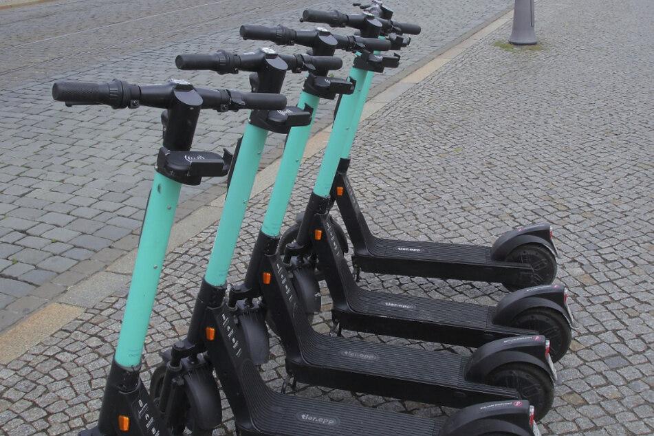 So fein aufgereiht stehen die E-Roller selten im Stadtbild.
