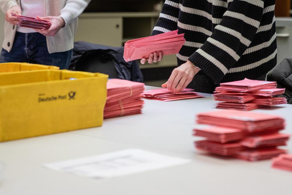 Die bei der Wahl noch nicht berücksichtigten Stimmen müssen jetzt öffentlich im Steller Rathaus ausgezählt werden. (Symbolbild)