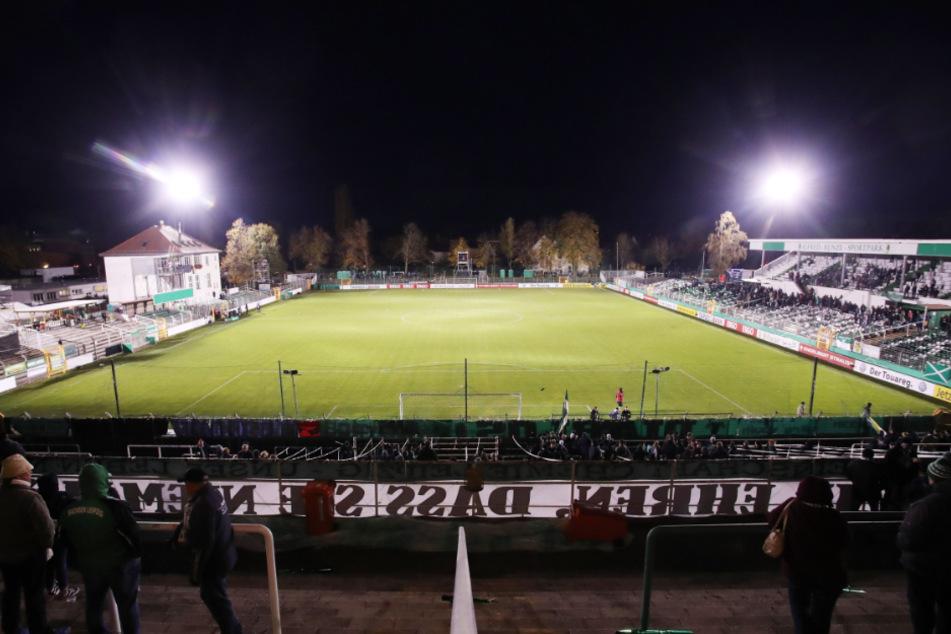 Wie im Oktober 2018 im DFB-Pokalspiel gegen den SC Paderborn wurde wieder eine Flutlichtanlage organisiert, doch diesmal nicht nur für eine Partie. (Archivbild)