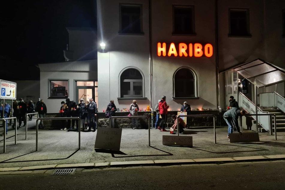 Eine Ära geht zu Ende: Mitarbeiter des Haribo-Werks in Wilkau-Haßlau trauerten am Freitagabend nach ihrer letzten Schicht um den Traditionsbetrieb.