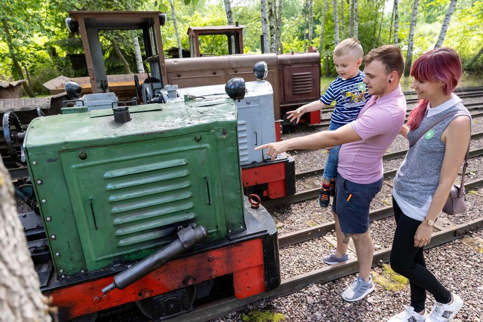 Da leuchten Kinderaugen: Sindy Späth (24), Eric Chwoiha (24) und Sohn Mats (3) auf Eisenbahn-Entdeckungsreise.