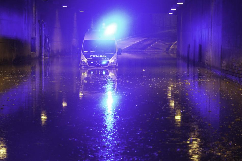 Die Polizei musste zwei Streifenwagen zurücklassen, da aufgrund der Wassermassen ein Fortkommen nicht mehr möglich war.