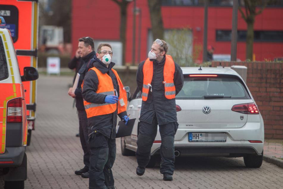 Zwei Beamte weisen die Fahrzeuge ein.