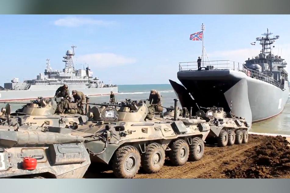 Panzer russischer Truppen rollen nach Manövern auf der Krim an Bord von Landungsschiffen.