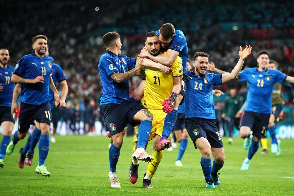 Gianluigi Donnarumma (gelbes Trikot) wurde zu Italiens EM-Helden! Der Ex-Keeper des AC Mailand, der momentan mit dem FC Paris Saint-Germain in Verbindung gebracht wird, war der Mann des Spiels.