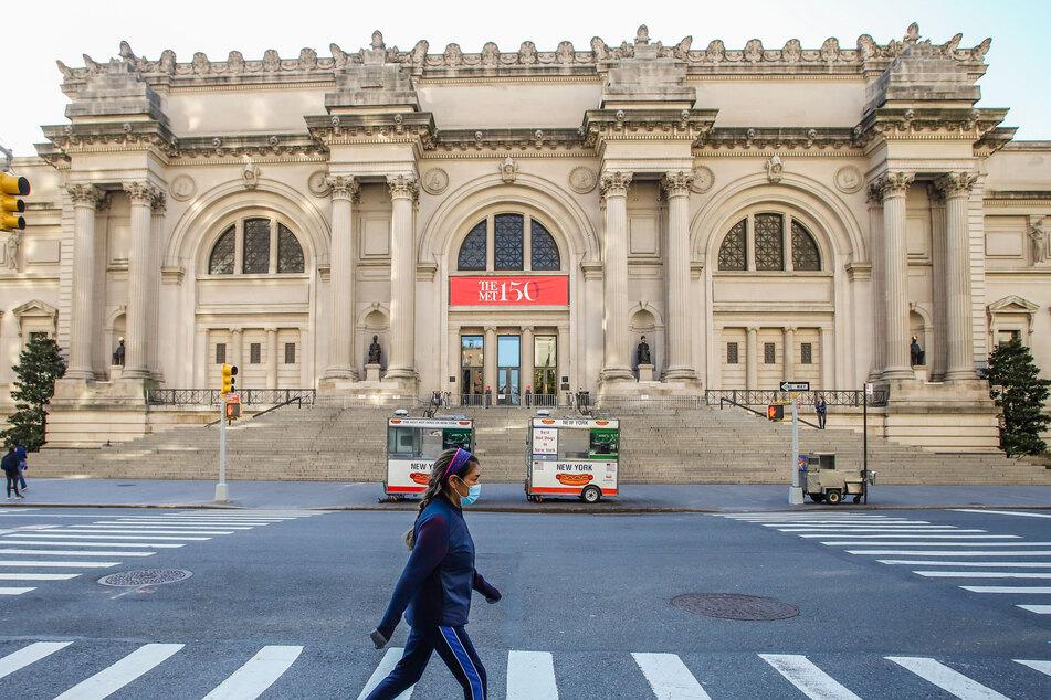 New York: Eine Frau mit Mundschutz geht vor dem Metropolitan Museum of Art über die Straße.