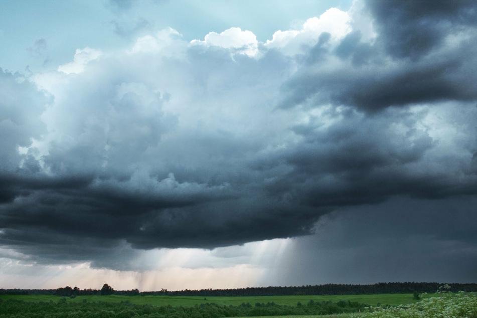 Am Samstagnachmittag hat der Deutsche Wetterdienst (DWD) eine amtliche Warnung der Stufe 2 vor Gewitter mit Sturmböen Starkregen und Hagel herausgegeben. (Symbolbild)