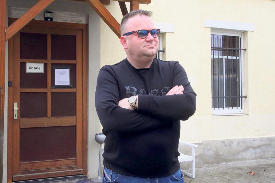 """Betreiber Micha (39) vor seinem derzeit geschlossenen """"Club 82"""" in Dresdens Tharandter Straße."""