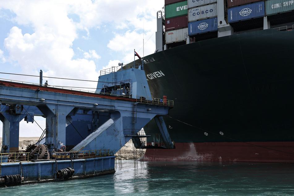Ein Marinebagger beteiligt sich an den Arbeiten zur Freisetzung des auf Grund gelaufenen Containerschiffes.