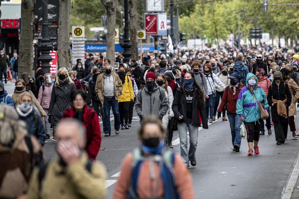 """Teilnehmer der Demonstration """"Wir müssen reden"""" laufen in einem Schweigemarsch durch die Berliner Innenstadt, um gegen die Corona-Maßnahmen zu protestieren."""