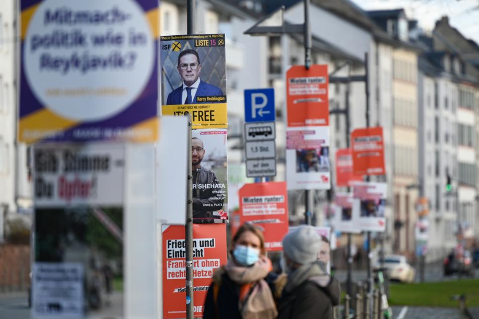 Wahlplakate verschiedener Parteien sind an Laternenmasten in der Frankfurter Innenstadt angebracht